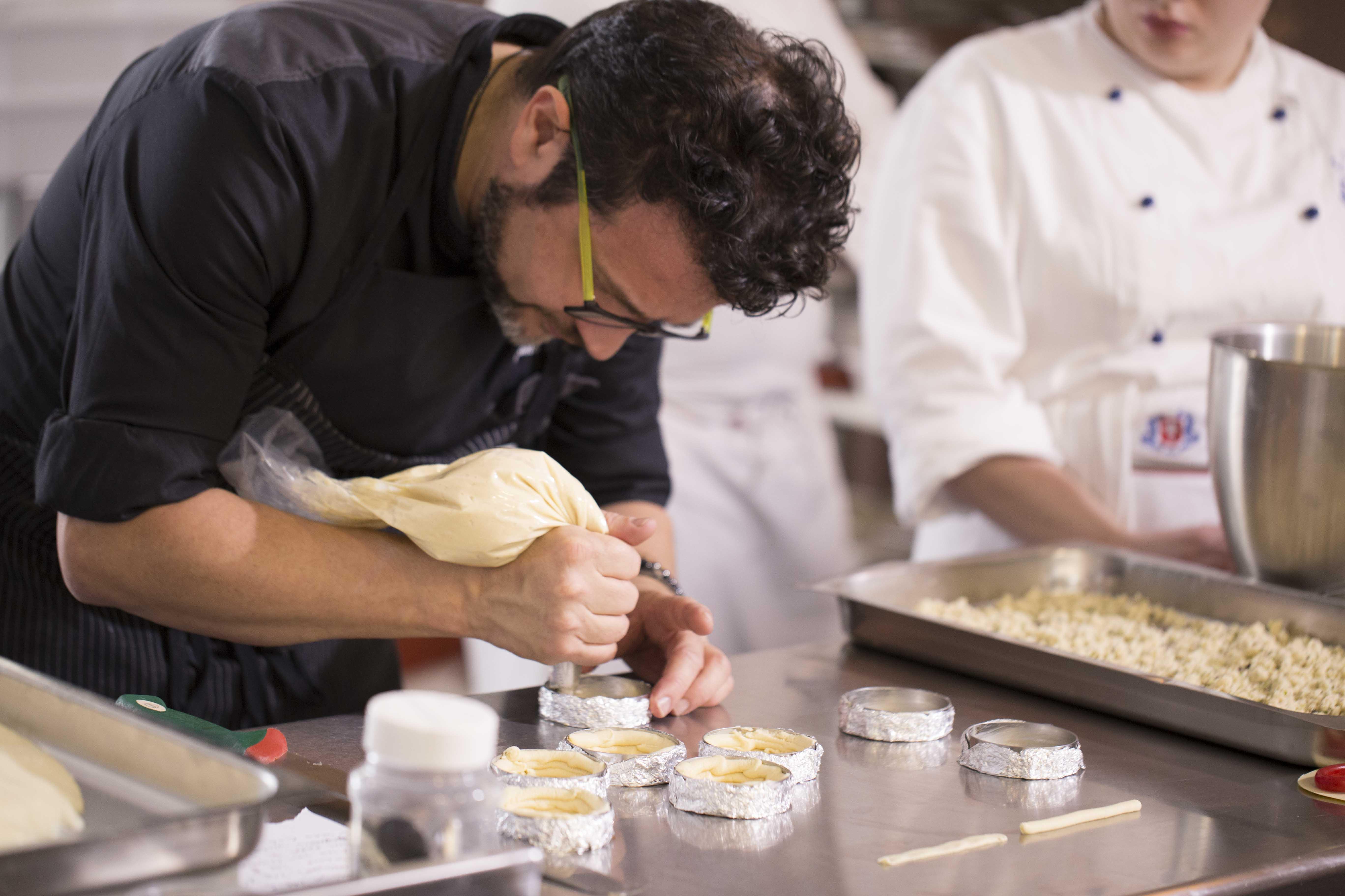 il maestro stefano laghi con la sacca a poche prepara dessert per associazione cuochi messina