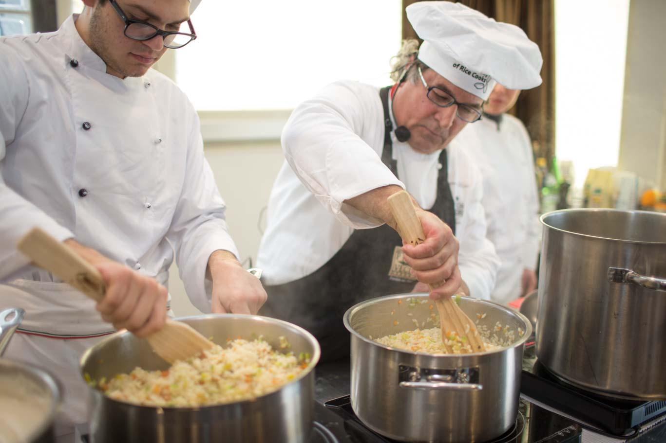 Lo chef Gabriele Ferron durante la preparazione del riso all'ortolana