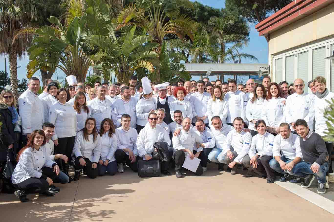 Foto di gruppo associazione provinciale cuochi messina con lo chef Gabriele Ferron